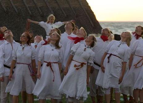 Esineb popfolk tantsurühm Uppsar - Mihkli Talumuuseum